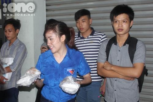 Bà Tưng mang từng hộp cơm đến mời sĩ tử.