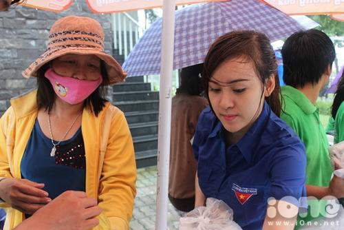 Di chuyển dưới mưa khiến người ướt sũng nhưng Bà Tưng luôn tỏ ra rất thân thiện, niềm nở với phụ huynh và sĩ tử.