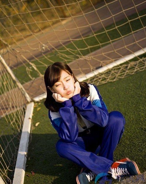 """Cao Tình, sinh năm 1997, ở thành phố Liêu Dương (tỉnh Liêu Ninh), nổi tiếng khắp mạng Trung Quốc sau khi được bầu chọn là """"nữ sinh mặc đồng phục đẹp nhất""""."""