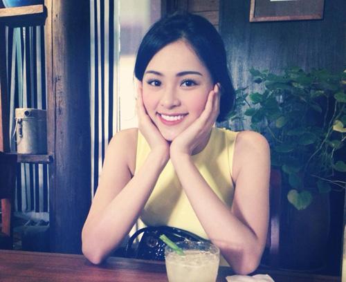 Gương mặt sắc nét cùng nụ cười tươi của Hạ Vy dễ chiếm cảm tình của người đối diện.