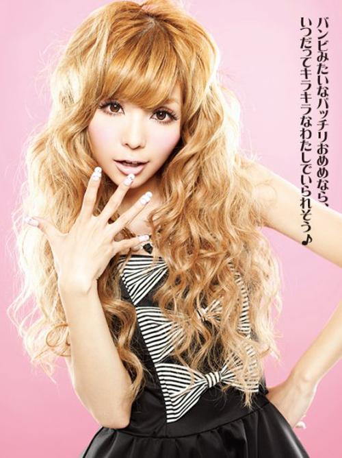 Người mẫu xinh đẹp cũng luôn xuất hiện với phong cách make up đúng chuẩn gyaru: da nâu, tóc xoăn lọn, mi giả dày ấn tượng và môi màu nude. Móng tay cầu kì với đủ phụ kiện trang trí cũng là điểm đặc trưng của các gyaru.