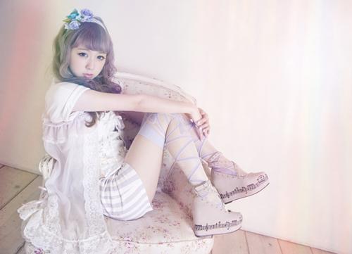 Amo thường xuất hiện trên các tạp chí và các blog làm đẹp để hướng dẫn cách trang điểm, làm tóc cho những bạn gái theo đuổi thời trang Fairy. Hình ảnh của cô gắn liền với mái tóc tím nhạt và những váy áo màu pastel tươi sáng kết hợp với hàng tá phụ kiện đáng yêu.