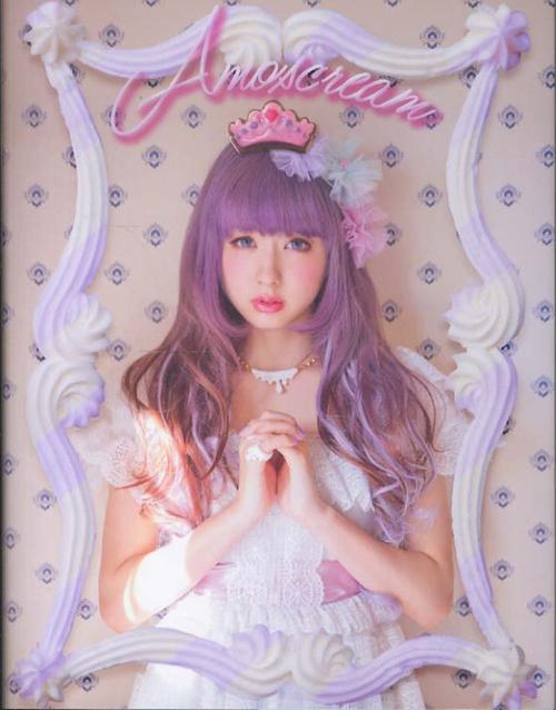 Fairy là phong cách thời trang sử dụng tông màu hồng và các màu pastel cho hầu hết phụ kiện, váy áo và tóc. Nhắc đến thời trang Fairy không thể không nhắc đến Amochan_một người mẫu teen, cũng đồng thời là thành viên của ban nhạc 2 người AMOAYO (bên tay trái).