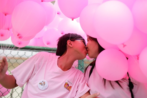 Cặp đôi hôn nhau thắm thiết ngày Tự hào đồng tính