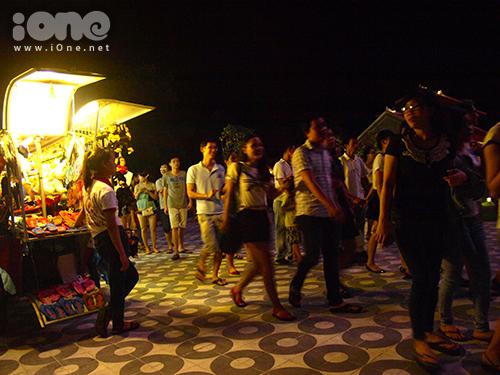 Hàng ngàn lượt bạn trẻ đã đến tham quan, đi thử chiếc đu quay khổng lồ này.