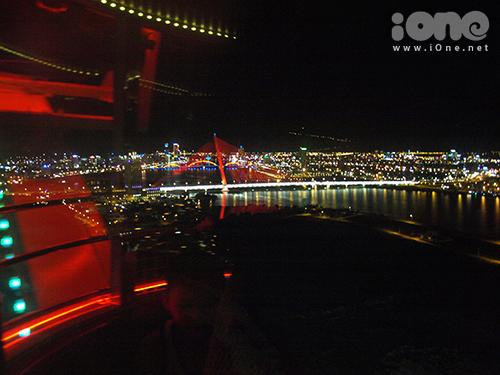 Từ cabin của đu quay có thể nhìn thấy sông Hàn hiện ra trước tầm mắt với lấp lánh ánh điện từ những cây cầu hiện đại, các khu dân cư.