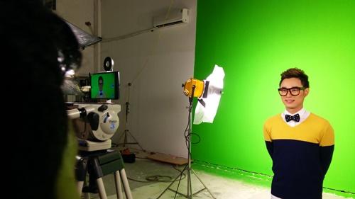 MV Bốn chữ lắm là sản phẩm âm nhạc bằng hình ảnh thứ hai của ca sĩ Trúc Nhân và êkíp đạo diễn trẻ Phoenix Vũ. Với kinh phí quay không quá tốn kém nhưng ngay khi vừa ra mắt, MV đã tạo nên một hiệu ứng đặc biệt với khán giả trẻ nhờ hình ảnh trẻ trung, sôi động, giai điệu hiện đại, vui tai cùng diễn xuất tự nhiên của hai nhân vật chính  Trúc Nhân và Thảo Nhi. Sau thành công ban đầu của MV, êkíp mới bật mí những câu chuyện hậu trường thú vị về những người trẻ táo bạo, khao khát sáng tạo và vượt qua thử thách.