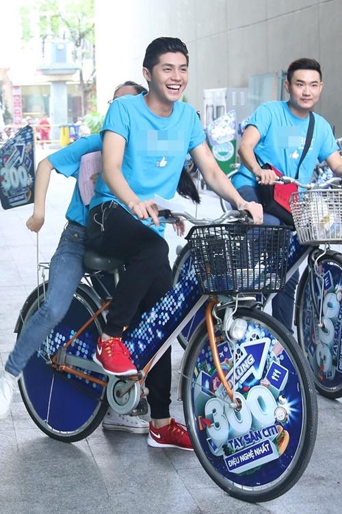 Từ 9 giờ sáng, Noo Phước Thịnh xuất hiện tại Bitexco trong trang phục đồng phục của một ngân hàng mà anh vừa kí hợp đồng là gương mặt đại diện. Cùng với Phương Vy và Hamlet Trương, cả 3 chia làm 3 đội và có một cuộc thi đấu xem đội nào shopping nhanh nhất bằng xe đạp dạo quanh các trung tâm mua sắm lớn của Tp.HCM.