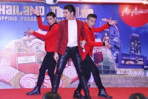 Buổi giao lưu và biểu diễn của Noo Phước Thịnh đã thu hút rất đông sự theo dõi của fan và khách hàng mua sắm tại Aeon Mall.