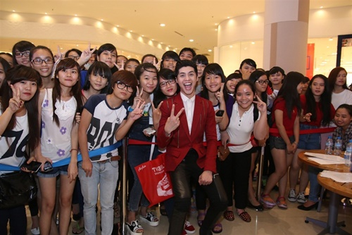 Nam ca sĩ thân thiện chụp ảnh cùng các fan sau khi kết thúc phần trình diễn.