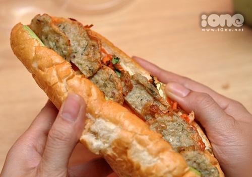 Bánh mỳ chả cá thu khá đầy đặn khiến