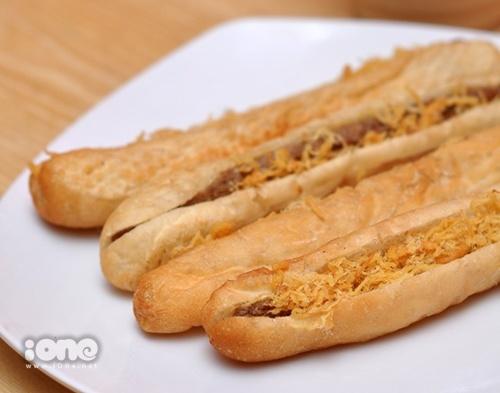 Bánh mỳ kẹp thịt nướng hấp dẫn chưa này!