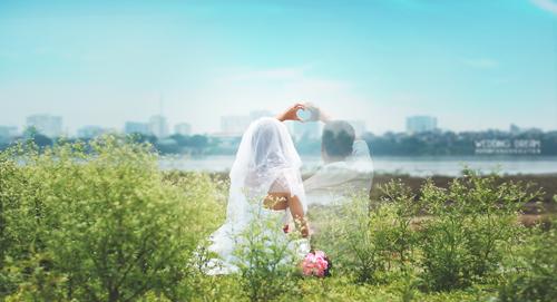 """""""Đó là một tình yêu lớn dành cho một người của một cô gái. Sau chia tay, cô gái vẫn muốn được ở bên người yêu dù không thể. Tình yêu vẫn luôn đong đầy, khát khao ngày cưới của mình sẽ là ngày hạnh phúc của cả hai. Sau khi lắng nghe câu chuyện của người bạn này, mình đã nảy ra ý tưởng thực hiện bộ ảnh"""", Nguyễn An chia sẻ."""