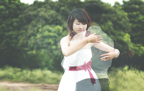 Bộ ảnh được thực hiện với hình ảnh cô gái hạnh phúc, bình yên bên chàng trai vô hình