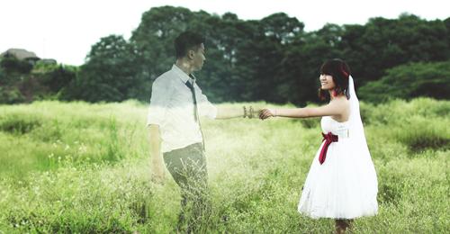 Hình ảnh cặp đôi vui đùa trên đồng cỏ xanh mướt đầy lãng mạn.