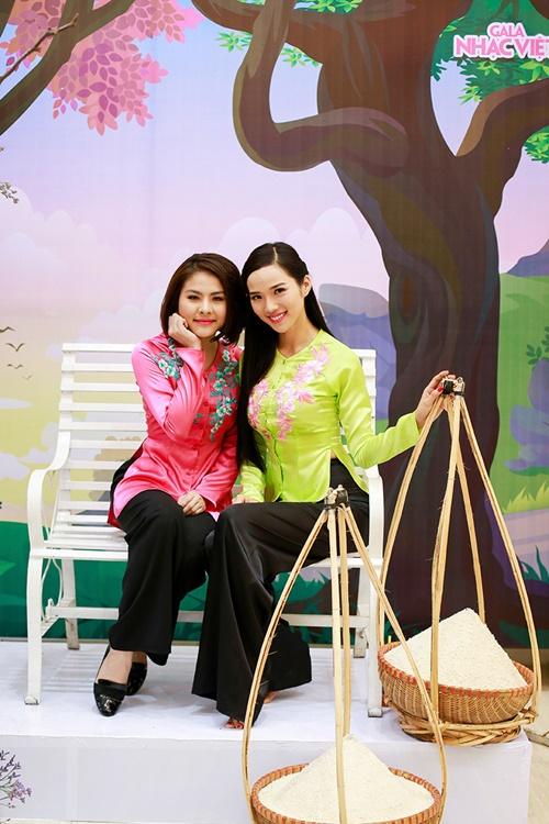 Để chuẩn bị cho tiết mục, Vân Trang và Kim Cương đã dành thời gian hơn 1 tuần để tập luyện cùng vũ đoàn Việt Hải. Trang phục cho ca sĩ cũng được chương trình đặc biệt thiết kế riêng với từng họa tiết hoa văn được thêu trên áo. Bên cạnh đó, sân khấu trong tiết mục của cả hai cũng được dàn dựng với hình ảnh cánh đồng, lũy tre mang đậm màu sắc làng quê Việt Nam.