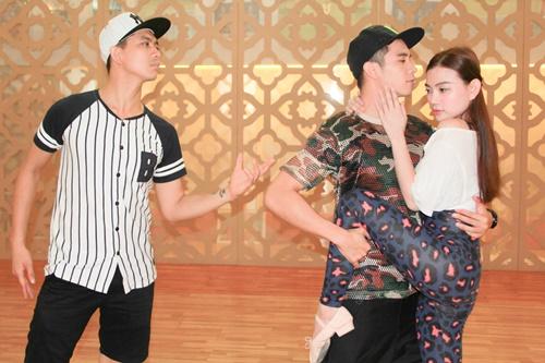 Sau cuộc thi Bước nhảy hoàn vũ, Nữ hoàng khiêu vũ Thu Thủy cùng hai anh chàng điển trai Hồ Vĩnh Khoa và Tim đã kết hợp với nhau trong ca khúc Bài tango xa rồi tại chương trình Gala Nhạc Việt số 4 Những giấc mơ trở về lần này. Với những bước nhảy đầy điêu luyện, bộ ba khiêu vũ sẽ tạo nên một màn trình diễn đầy ấn tượng với những màn vũ đạo tango độc đáo.