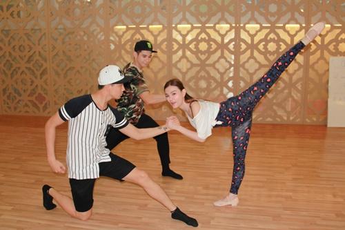 Sau một khoảng thời gian không luyện tập dancesport, cả ba đều cảm thấy khó khăn trong việc di chuyển những bước nhảy tango. Để có màn trình diễn ấn tượng với người xem, Thu Thủy cùng Tim và Hồ Vĩnh Khoa đã trải qua nhiều ngày dài tập luyện để có được những bước vũ đạo nhuần nhuyễn nhưng không kém phần thu hút.