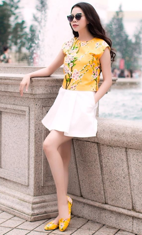 Thời gian gần đây, Trà Ngọc Hằng nổi lên như một ngôi sao có phong cách ấn tượng trong showbiz. Rũ bỏ những trang phục cầu kỳ, sến súa, chân dài rất chịu khó đầu tư hàng hiệu để vẻ ngoài sang trọng, đẳng cấp hơn.
