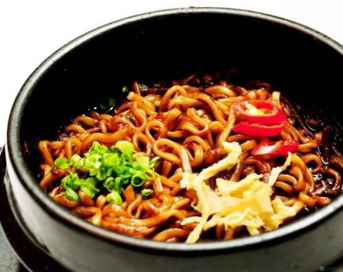 Thuong-thuc-Gimbap-trung-Mantu-chien-Mi-den-tron-nong-huong-vi-HAN-QUOC-Chi-99000d02-nguoi.jpg
