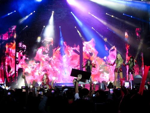 2NE1 trình diễn máu lửa tại đêm nhạc diễn ra vào ngày 10/8.