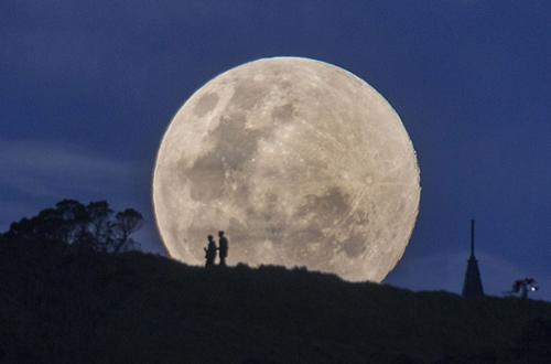 Khi siêu trăng diễn ra, Mặt Trăng sẽ sáng hơn tới 30% và gần Trái Đất hơn khoảng 14% so với trăng tròn thông thường. Trong hình là siêu trăng trên núi Eden ở Auckland, New Zealand.