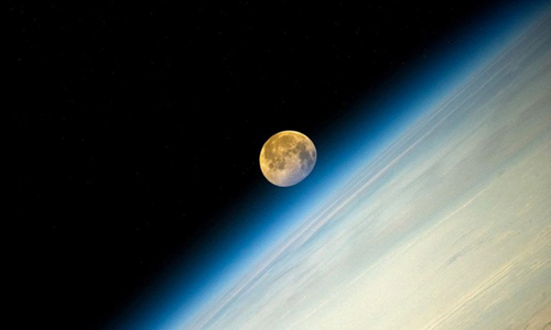 Cảnh Mặt Trăng và Trái Đất nhìn từ trạm vũ trụ quốc tế. Đây là siêu trăng lần thứ 4 xuất hiện trong năm nay. Theo tính toán của các nhà khoa học, siêu trăng lần thứ 5 sẽ được quan sát vào ngày 9/9.