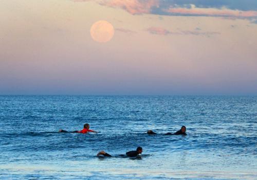 Siêu Mặt Trăng, còn được biết đến là Mặt Trăng cực cận, xuất hiện trên bầu trời Sydney, Australia.