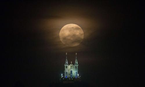 Rạng sáng 11/8, Mặt Trăng di chuyển tới vị trí gần Trái Đất nhất năm 2014 với khoảng cách 356.896km. Trong hình là siêu trăng mờ ảo ở Rio de Janeiro, Brazil.