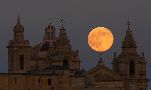 Mặt Trăng tỏa sáng trên bầu trời thành phố cổ Mdina, Malta.