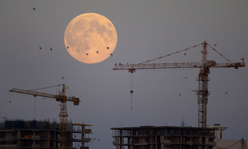 Những cánh chim bay lượn trên nền trời đang diễn ra hiện tượng siêu trăng ở thủ đô Minsk, Belarus.