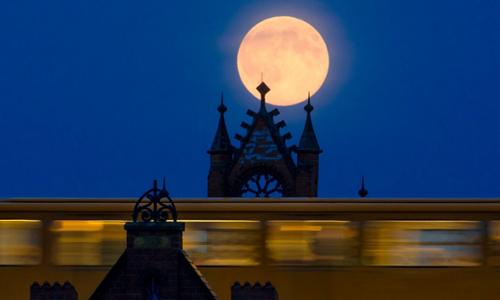 Siêu trăng trên cầu Oberbaum, Berlin, Đức.