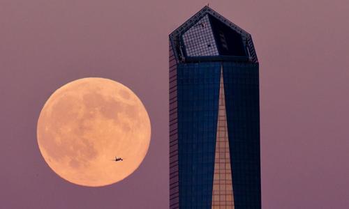Cảnh đẹp choáng ngợp của siêu trăng bên một tòa nhà chọc trời ở Madrid, Tây Ban Nha.