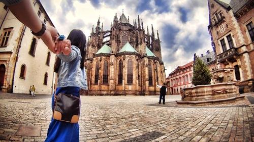 Hành trình phượt của cặp đôi này diễn ra trong vòng 5 tuần, qua Áo, Đức, Italia, Hy Lạp, Thụy Sỹ, Pháp, Czech. Khung cảnh tráng lệ và cổ kính ở châu Âu đã tạo nên bộ ảnh lung linh khiến người xem phải ghen tỵ.