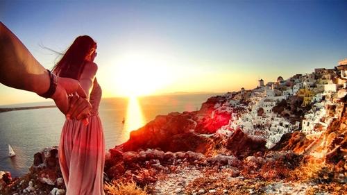 Cặp đôi mong muốn thông qua bộ ảnh có thể truyền cảm hứng cho những ai có sở thích đi du lịch. Hình ảnh ghi lại cảnh đẹp mơ màng ở Santorini.
