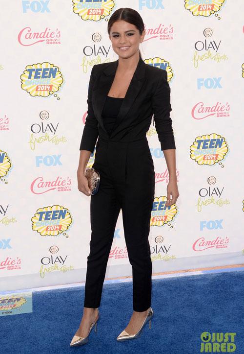 Selena Gomez có phần đơn giản và chững chạc cùng bộ suit đen.