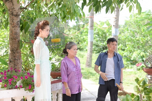 """Phim ngắn """"Giờ em đã biết"""" lần này do chính Minh Hăng lên ý tưởng kịch bản và gần như là một sản phẩm """"cây nhà lá vườn"""" được cô cùng những người thân trong nghề hợp sức thực hiện. Phim ngắn do đạo diễn Quang Huy cùng ê-kíp thực hiện, cùng dàn khách mời hùng hậu gồm: NSƯT Lê Thiện (từng đóng vai bà nội của Minh Hằng trong phim """"Vừa đi vừa khóc""""), Ngô Kiến Huy, Lan Ngọc, người mẫu Quốc Huy... và đặc biệt là em trai của Minh Hằng cũng tham gia diễn với chị gái."""