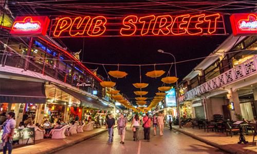 Pub Street nằm ở trung tâm thành phố Siem Reap, gần chợ đêm, sát bờ sông rất sầm uất.