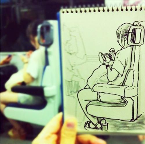 Mọi người chăm chú vào chiếc điện thoại của mình trên tàu điện cũng là hình ảnh cũng khá phổ biến ở một đất nước hiện đại như Nhật Bản.