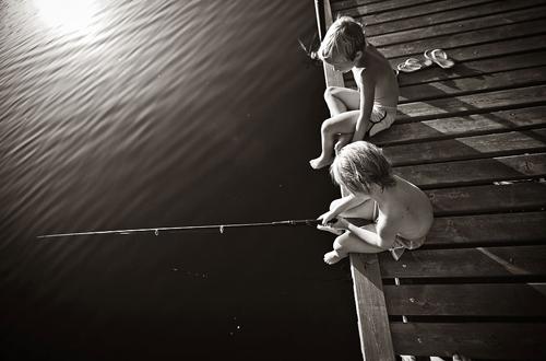 Các cậu nhóc thích rủ nhau câu cá..