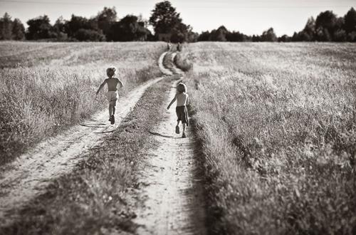 Hình ảnh hai cậu bé cởi trần chạy tung tăng trên cánh đồng trải dài gợi nhiều cảm xúc.