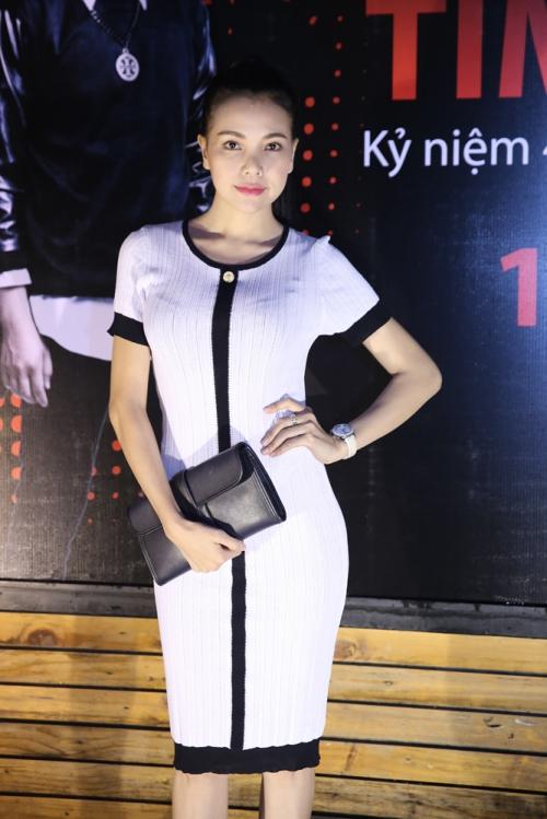 Trà Ngọc Hằng vẫn luôn khẳng định đẳng cấp của mình khi diện chiếc váy Chanel bó sát khoe dáng đồng hồ cát.