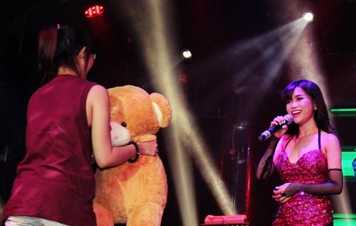 Khán giả có mặt trong chương trình đêm qua (17/8) cũng bị cô ca sĩ nóng bỏng này hút hồn với những động tác vũ đạo bắt mắt, chính vì thế Sĩ Thanh đã được yêu cầu thể hiện thêm một tiết mục sôi động, cô nhận được sự ủng hộ nhiệt tình từ khán giả.