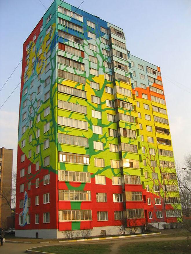 Một tòa cao ốc ở Moscow, Nga, trở thành nền của một bức tranh cỏ cây bướm bay sinh động.