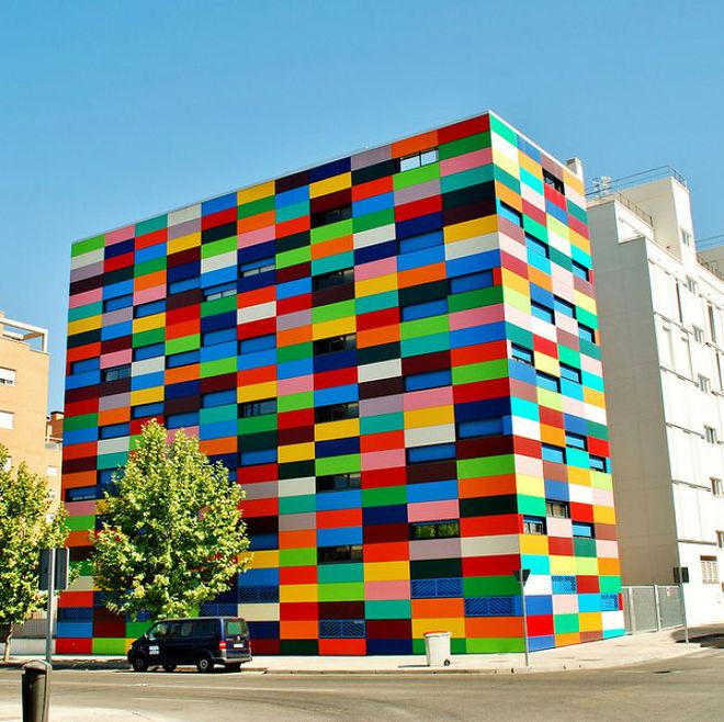 Tòa cao ốc Carabanchel 24 ở Madrid, Tây Ban Nha, nổi tiếng với vẻ ngoài như một khối rubic khổng lồ.