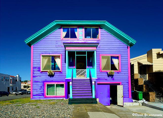 Ngôi nhà đặc biệt ở San Francisco, Mỹ, có màu tím chủ đạo, viền hồng, cửa và mái xanh.