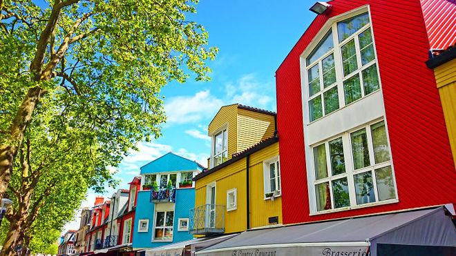 Con đường ở Le Gabut (La Rochelle, Pháp) với những ngôi nhà na ná được sơn màu đan xen.