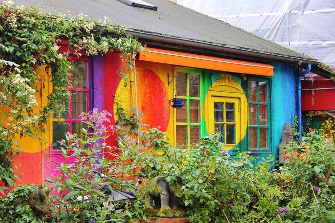 Ngôi làng ở Christiania (Copenhagen, Đan Mạch) có rất nhiều ngôi nhà nhỏ được tô điểm cầu kỳ và rực rỡ như trong truyện cổ tích.
