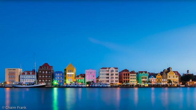 """Những """"khối hộp"""" sặc sỡ bên sông ở Handelskade (Willemstad, Curacao)."""