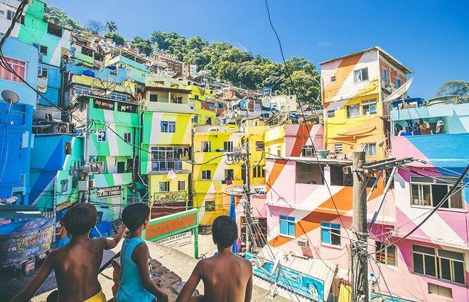 Những ngôi nhà thấp tầng bình thường ở Favela Santa Marta (Rio De Janeiro, Brazil) được người dân trang hoàng rực rỡ và trở thành điểm đến nổi tiếng.